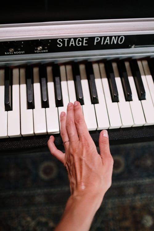 Vous exercer avec les bonnes partitions pour apprendre le piano plus rapidement